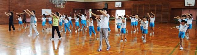 のじた踊りを練習する3年生。