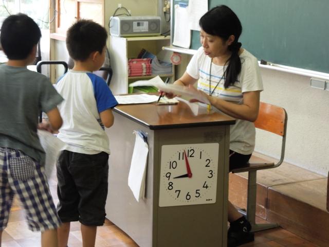 2年生がプリントを先生にみてもらっています。