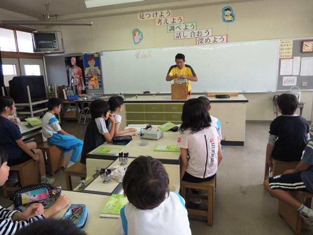先生の演示実験に皆見入っています。