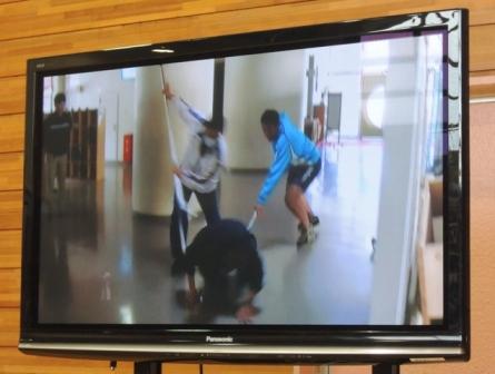 避難訓練のようすをビデオを見て振り返りました。