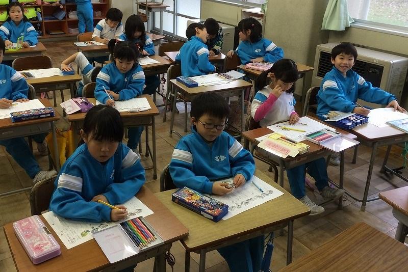 1年生 字の復習をしています。