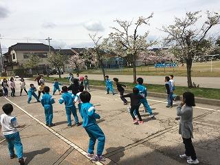 学級全員でドッジボールをしている3年生